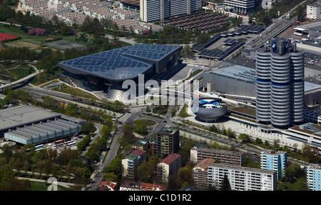 Luftaufnahme über BMW Welt Unternehmenszentrale einschließlich der Vierzylinder Turm und BMW Lifestyle Shop München - Stockfoto