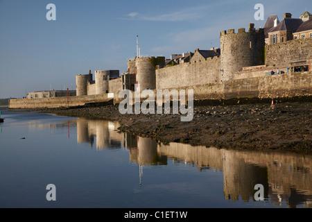 Caernarfon historischen Stadtmauer spiegelt sich in River Seiont, Caernarfon, Wales, Vereinigtes Königreich - Stockfoto