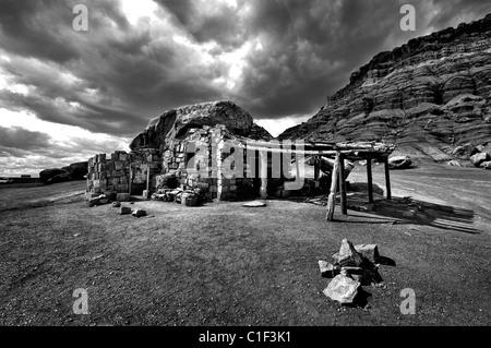 schwarz / weiß Foto von Rock House in Vermillion Cliffs in Arizona, USA - Stockfoto
