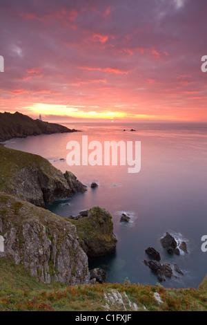 Herrlichen Sonnenaufgang abseits der Küste von Start-Punkt, mit dem Leuchtturm auf der fernen Landzunge, South Hams, - Stockfoto
