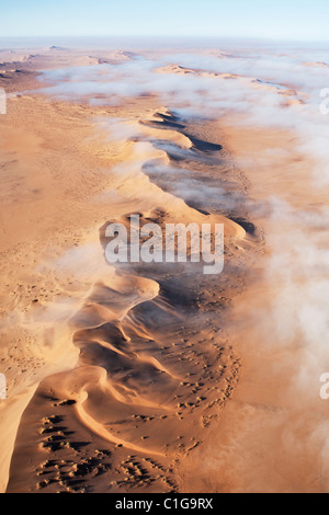 Luftaufnahme von Sanddünen der namibischen Wüste - Stockfoto