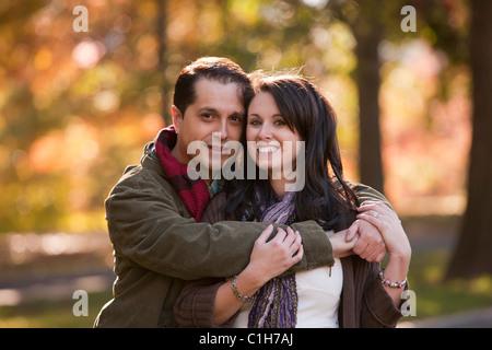 Romantisch zu zweit in einem park - Stockfoto
