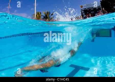 Männlichen Konkurrenten in der Stiftskirche Orange Schüssel schwimmen klassischen Praktiken Startblock Eintrag - Stockfoto