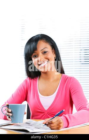 Glücklich junge schwarze Studentin in Zeitung für Job suchen - Stockfoto