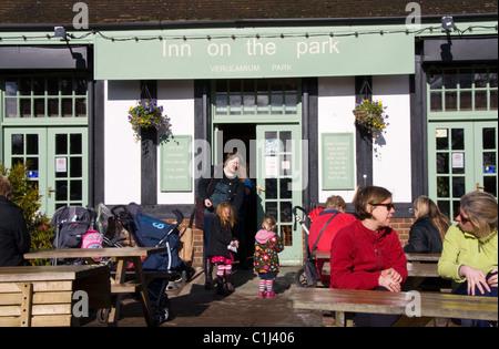 Hellen Wochentag Wintermorgen im Inn auf der Park ein beliebtes Café in Verulamium Park, St Albans, Hertfordshire, - Stockfoto