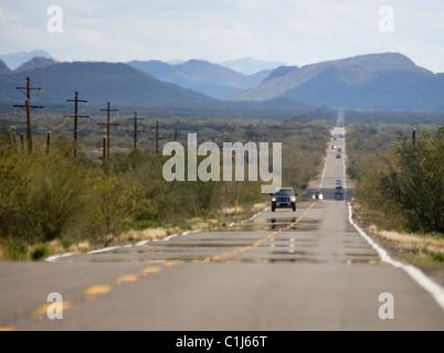 Hitze-Mirage auf Autobahn in der Wüste von Arizona - Stockfoto