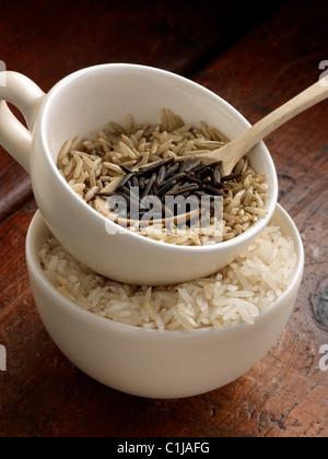 Wilder Reis braun und Basmati im Messbecher - Stockfoto