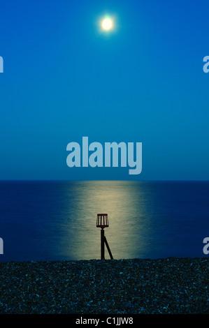Aldeburgh Strand nach Sonnenuntergang (Dämmerung), mit Mond und Reflexion, Suffolk - Stockfoto