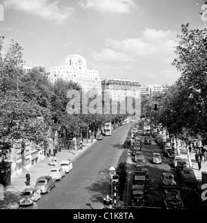 London, 1950er Jahre. Menschen und Autos auf der Victoria Embankment an der Themse. - Stockfoto