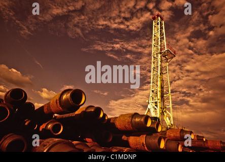 Niedrigen Winkel Ansicht der Ölplattform von Bohrgestänge oder Bohrer Stamm stack - Stockfoto