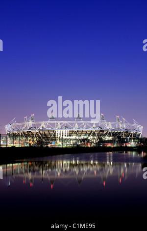 London 2012 Olympiastadion bei Dämmerung, Hackney, London, UK - Stockfoto