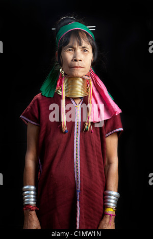 Karen Langhals Musiker Frau, Huay Pu Keng, Mae Hong Son, Thailand Stockfoto