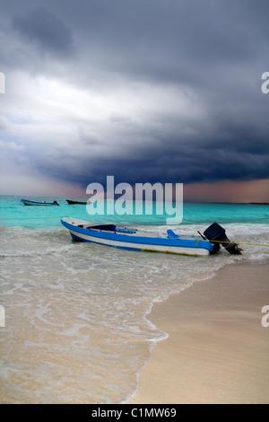 Caribbean vor tropischer Sturm Hurrikan Strand Boot dramatische Landschaften - Stockfoto