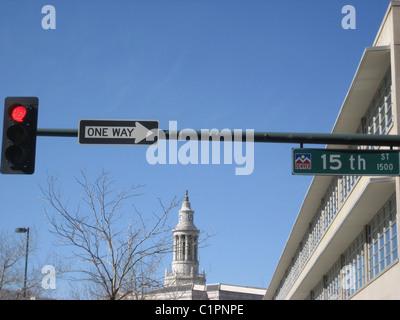 Colorado, USA und Blick auf obenliegenden Ampeln und Einweg Richtungspfeil in einer Denver-Straße. - Stockfoto
