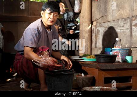 Karen Long Neck Hügel Stämme Mann kochen für beten viel Glück nach Hause Familie, Huay Pu Keng, Mae Hong Son, Thailand - Stockfoto