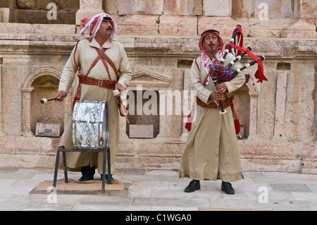 Jordan, Jerash, Native Mann mit traditioneller Kleidung spielt traditionellen Musik - Stockfoto