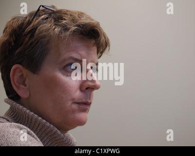 Nahaufnahme Seitenansicht Frau lauschte, New York, USA, 26. März 2011, Katharine Andriotis - Stockfoto