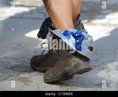 - Hautnah, Ein Mann ist zu Fuß in Bergschuhen entlang der Straße. Karpaten, Transsilvanien, Rumänien - Stockfoto
