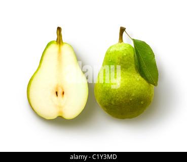 Birne mit Blatt und Birne Hälfte auf weißem Hintergrund