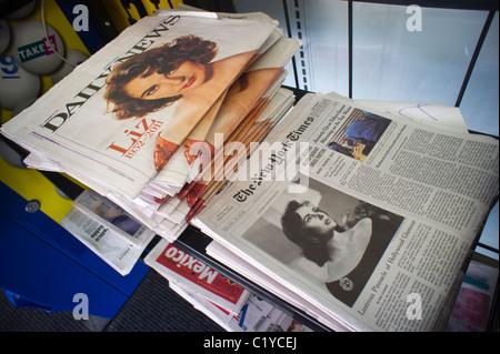 Schlagzeilen von New York Zeitungen Donnerstag, 24. März 2011 Bericht über den Tod von Hollywood-star Elizabeth - Stockfoto