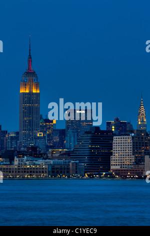 Empire State Building und Chrysler Building nachts gesehen aus New Jersey - Stockfoto
