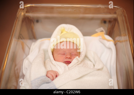 Neugeborenen jungen tag alt im krankenhaus stubenwagen