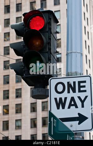 Alten Ampel mit rot auf und ein Weg unterzeichnen, Seattle, Washington, USA - Stockfoto