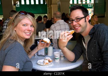 Ein paar Essen Beignets im Cafe Du Monde in der Französisch Quarter von New Orleans, Louisiana, USA. - Stockfoto