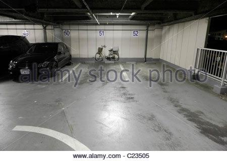 Parkplatz und Fahrrad nachts - Stockfoto