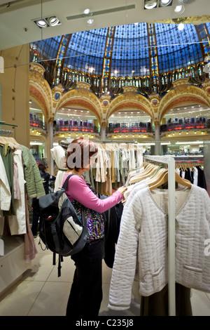 Frau shopping für Kleidung im Kaufhaus Galeries Lafayette Paris France. Studio Lupica - Stockfoto