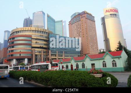 Blick auf die Straße. Pudong, Shanghai, China. Super Brand Mall, HSBC, Shangri-La, Aurora, Gebäude sichtbar. - Stockfoto