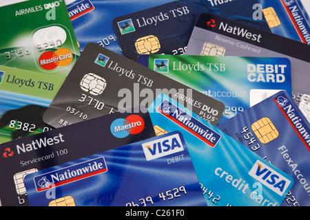 Von oben nach unten der Haufen von verschiedenen Bank Kreditkarten Debitkarten und Kreditkarten aus britischen Allgemein - Stockfoto