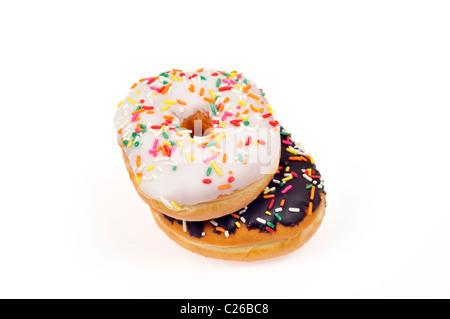 Vanille Matt Donut und Schokolade mattierte Donut mit bunten Streuseln auf weißem Hintergrund, ausgeschnitten. - Stockfoto
