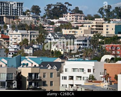 Hillside Nachbarschaft Häuser nahe der Innenstadt von San Diego im sonnigen Kalifornien. - Stockfoto