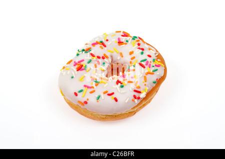 Vanille mattierter ring Donut mit bunten Streuseln auf weißem Hintergrund ausschneiden - Stockfoto