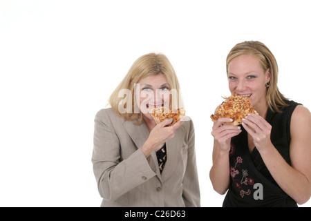Attraktiv und schön zwei Business Frau-Team eine Pause und gemeinsam Pizza essen. Schuss auf weiß. - Stockfoto