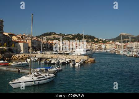 F/Provence/Bouches du Rhone: die mediterrane Küste Cassis gesehen vom Hafen - Stockfoto