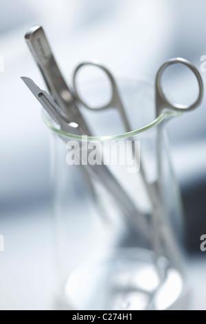 Chirurgische Instrumente in Glasbehälter - Stockfoto