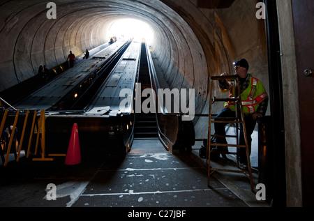 Ingenieure die Dupont Circle Metro Rail Rolltreppe Washington DC zu reparieren. - Stockfoto