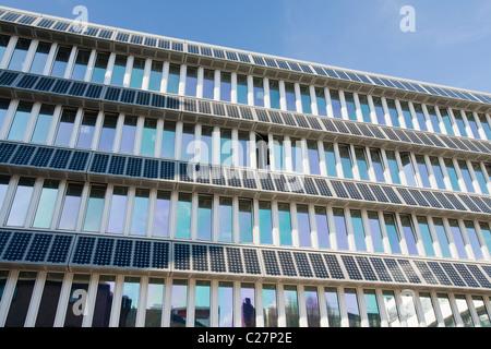Solaranlage auf einem Gebäude auf dem Campus der Northumbira University, Newcastle Upon Tyne, UK. - Stockfoto