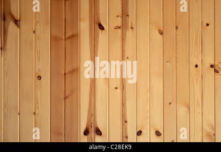 Vertikale Hintergrundtextur von knorrigen Kiefern Boards. - Stockfoto