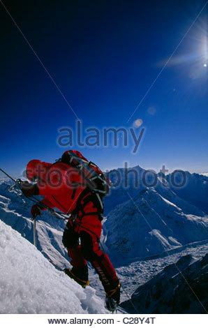 Ein Bergsteiger besteigt einen steilen Abschnitt des Eises am Nanga Parbat Pisten. - Stockfoto