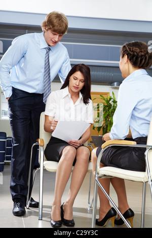 Porträt von zuversichtlich Geschäftsfrau mit Geschäftsmann interviewt Frau im Büro - Stockfoto