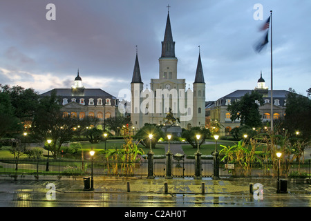 Regnerischen Abend Beleuchtung St. Louis Cathedral am Jackson Square French Quarter New Orleans Louisiana - Stockfoto