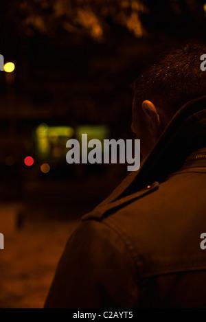 Mann auf der Straße bei Nacht, Rückansicht - Stockfoto