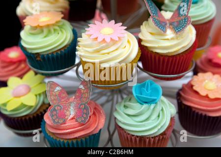 Cupcakes mit Dekorationen, London - Stockfoto
