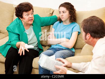 Böse Mutter beschwert sich über ihre Teenager-Tochter in Familientherapie. - Stockfoto