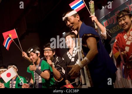Künstler ohne mündliche Verhandlung (taub) quittieren den Jubel des Publikums nach einer Musicalaufführung in Vientiane, - Stockfoto