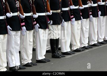Ungerade! Ein Wachmann mit einer Hose in seinen Stiefeln, während er während der Feierlichkeiten zum 16. Juli in La Paz, Bolivien, auf der Parade war