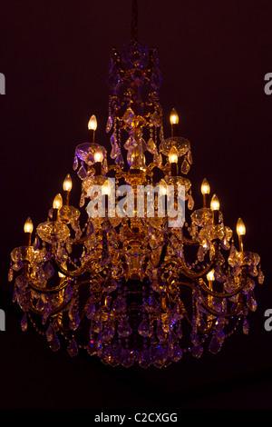 Kronleuchter · Decke Kronleuchter Klassische Kristall Dekoration  Dekoratives Glas Leuchten Hängende Beleuchtung Innen Licht Luxus   Stockfoto